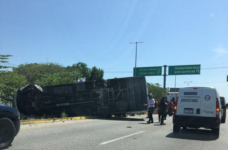 Vuelca camión con turistas franceses en Puerto Morelos; 13 heridos