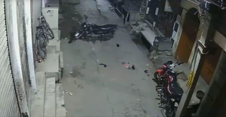 Video: Cámaras de seguridad captan a una 'moto fantasma', se mueve sola
