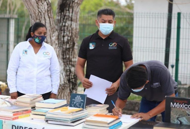 Entregan libros en comunidades rurales de Puerto Morelos para fortalecer educación
