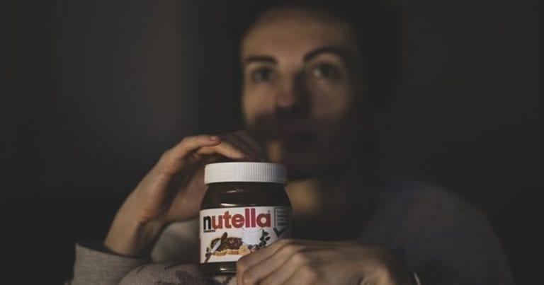 Pareja que usó Nutella fue atacada por hormigas al quedarse dormida