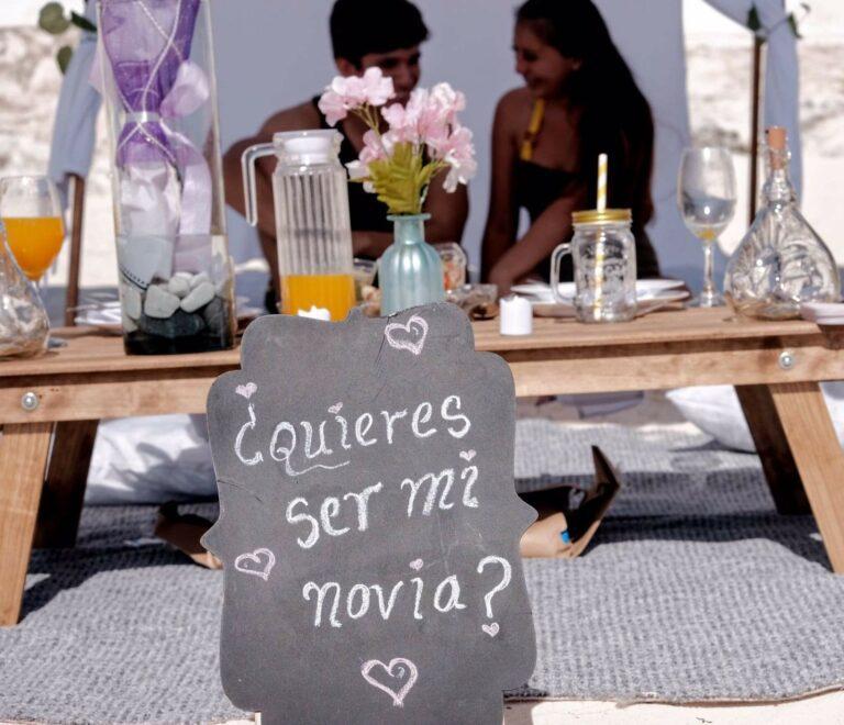 ¡Viva el amor! Joven recrea escenario en Playa Delfines para pedir noviazgo a una chica